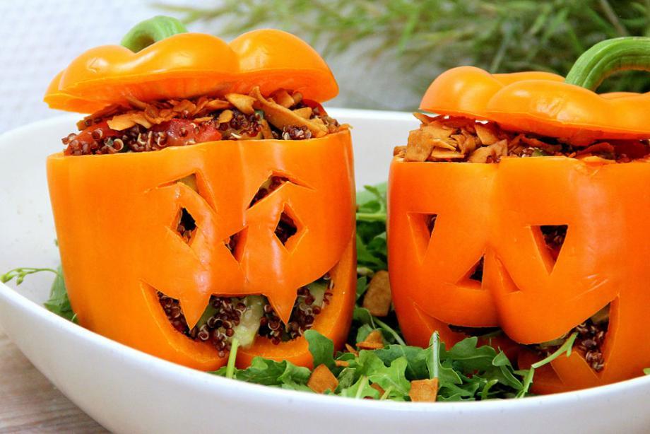 Vegane Grusel-Paprikas mit Quinoa-Avocado-Füllung