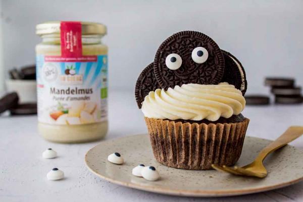 Fledermaus-Cupcakes mit Mandelmus-Frosting zu Halloween