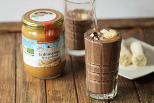Frozen Coconut-Milkshake mit Erdnussmus