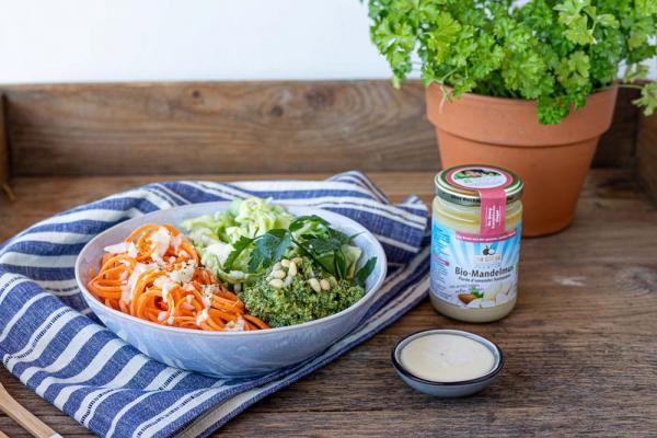 Vegane Salad Bowl mit Mandel-Dressing