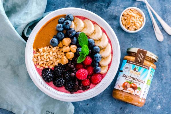 Himbeer Smoothie Bowl mit Haselnussmus