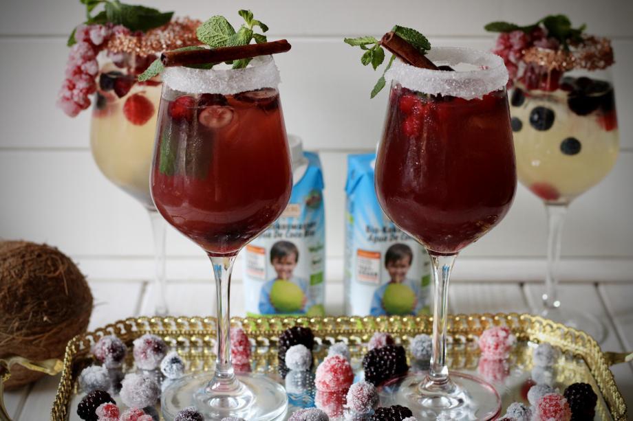 Spritzige Silvester-Kokos-Cocktails in zwei Variationen