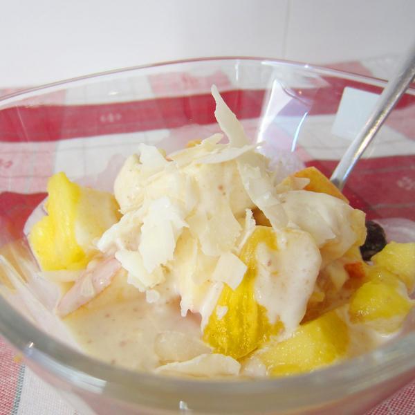 Obstsalat mit Ananas und Kokosmilch