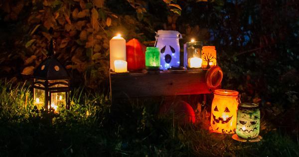 Halloween-DiY: Gruselige Laternen aus Dr. Goerg-Gläsern basteln