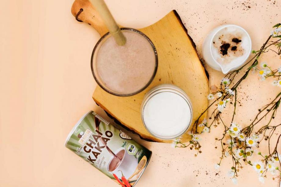 Heißer Chai-Kakao mit Kokosmilch