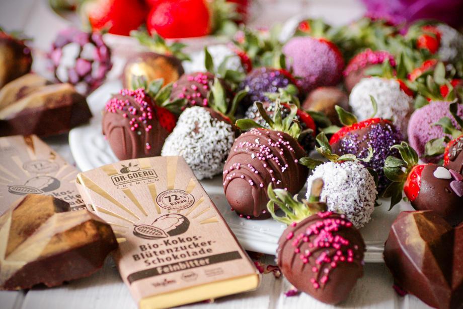 Überzogene Kokos-Schoko-Erdbeeren