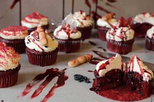 Red Velvet Cupcakes mit blutiger Lavafüllung