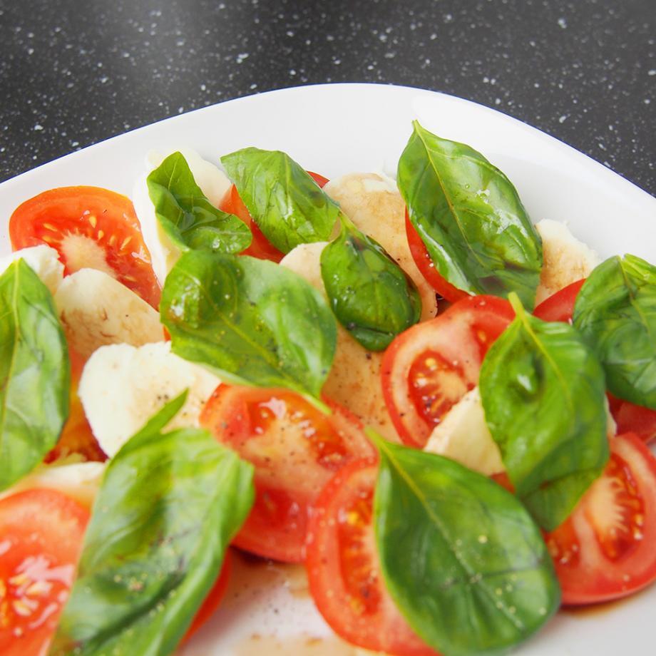 Tomate-Mozzarella mit Bio-Olivenölzubereitung Tomate extra nativ