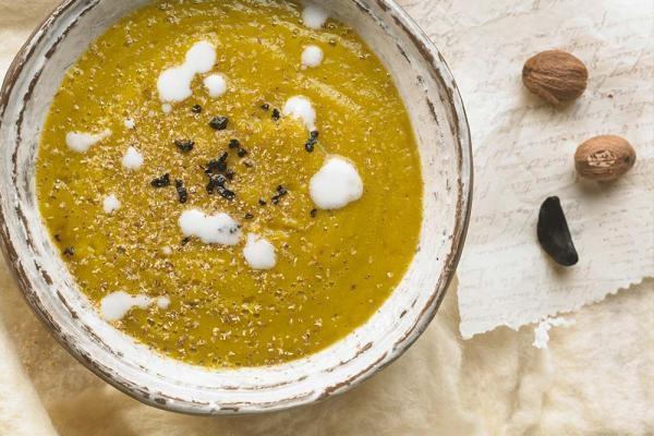 Vegane Karottensuppe mit Kokos und Zucchini