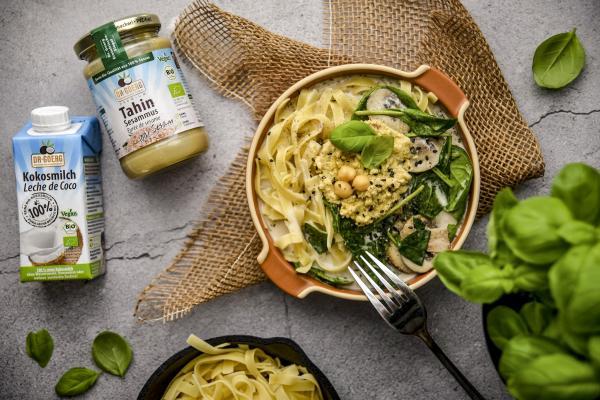 Schnelle Spinat-Pilz-Nudelpfanne mit Hummus