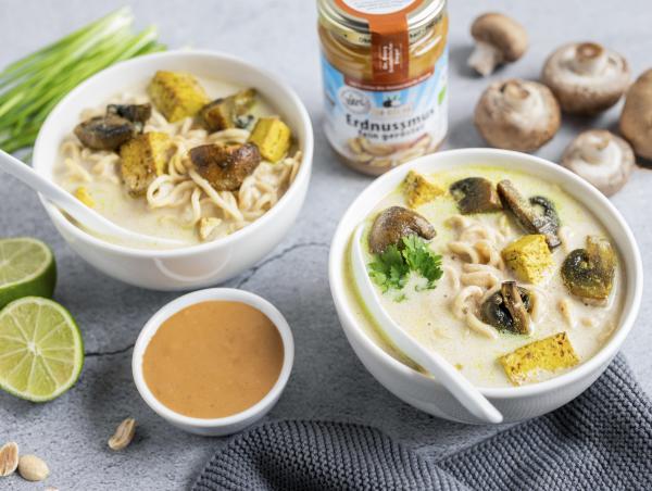 Vegane Ramen-Bowl mit Kokos-Erdnuss-Sauce