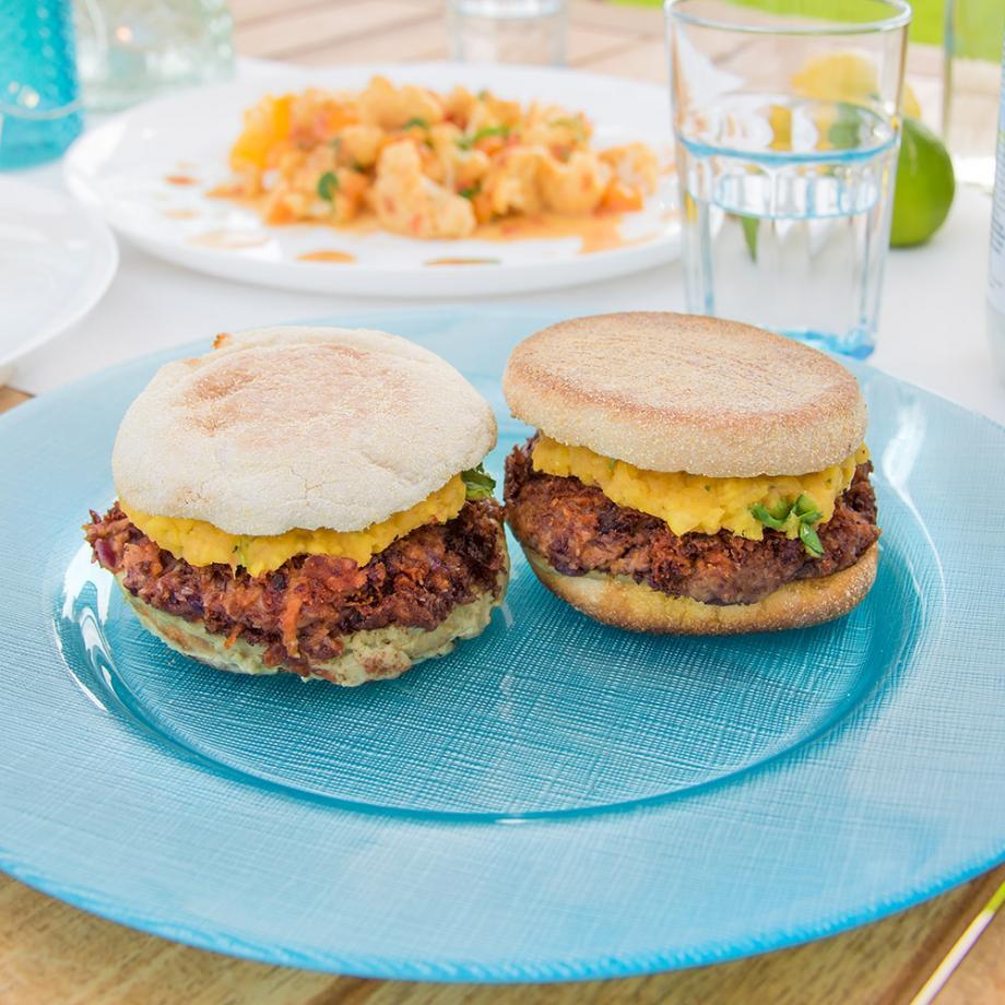 Veganer Burger mit Mango und Avocado