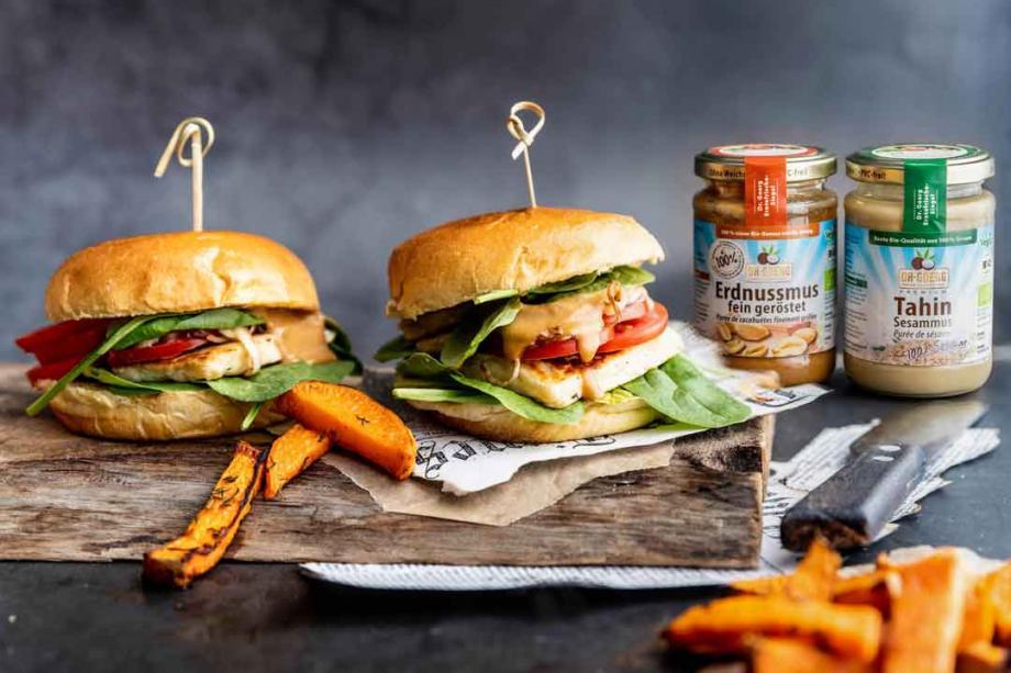 Grilled Halloumi-Burger mit Erdnuss-Sesam-Soße