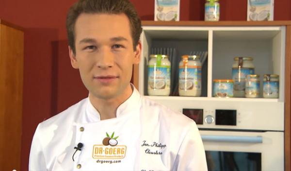 Kleine Bäcker in der Dr. Goerg-Weihnachtsbäckerei für Nikolaus mit TV-Koch Jan-Philipp Cleusters
