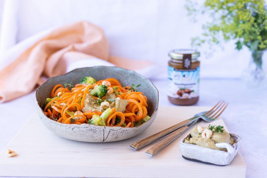 Lowcarb Karotten-Nudelsalat mit Brokkoli-Haselnuss-Pesto