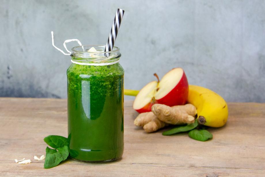 Grüner Smoothie mit Kokoswasser