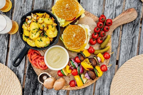 Veganer Cheeseburger mit Tiroler Gröstl vom Grill