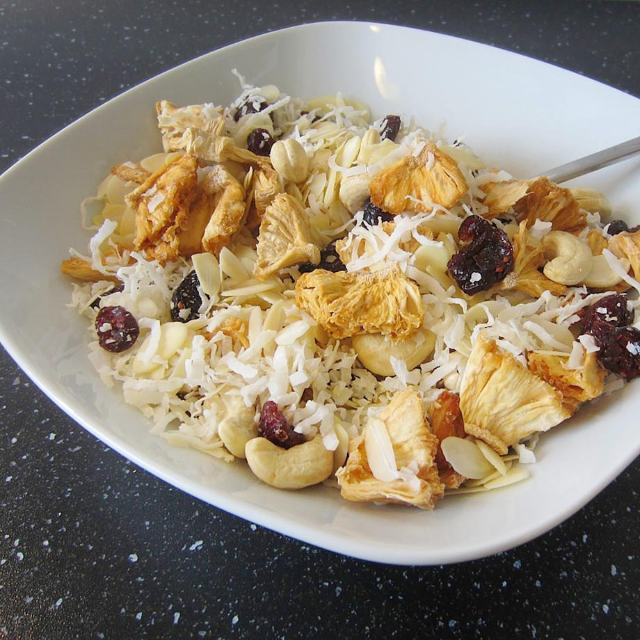 Glutenfreies Müsli mit getrockneter Ananas und Bio-Kokosflakes