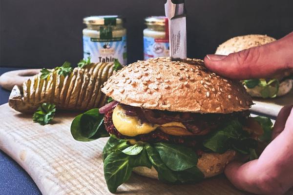 Veganer Rote-Beete-Burger mit Mandelmus & Tahin