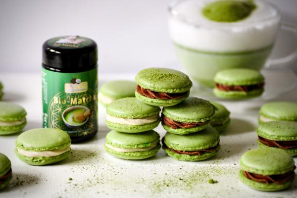 Vegane Matcha-Macarons mit Kokos- und Haselnuss-Schokocreme