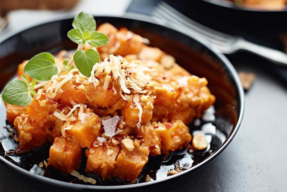 Süßkartoffel-Kokos-Ragout mit Erdnüssen