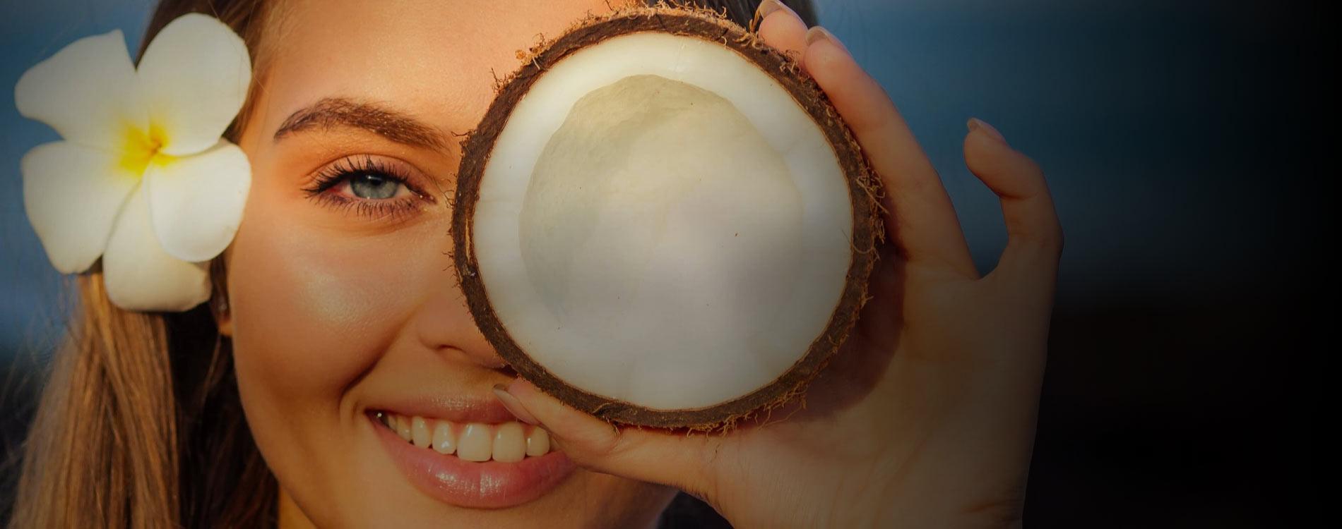 Öffnen Sie ein Glas Kokosöl mit geschlossenen Augen und schnuppern Sie den Duft von Sonne, Strand und Palmen