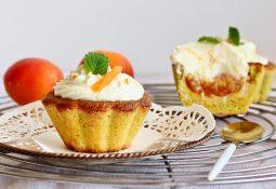Magdalenas de coco y albaricoque con glaseado de naranja