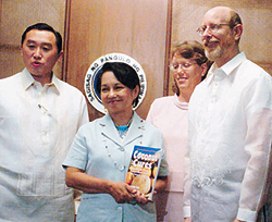 Dr. Bruce Fife mit Präsidentin der Philippinen, Gloria Macapagal Arroyo