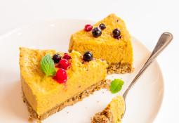 Roher Früchte-Kuchen mit Mango und Aprikosen
