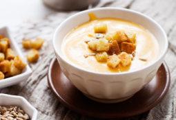 Süßkartoffel-Kokos-Cremesuppe mit Stangensellerie