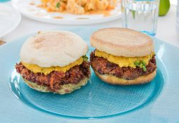 Vegan Burger mit Mango und Avocado