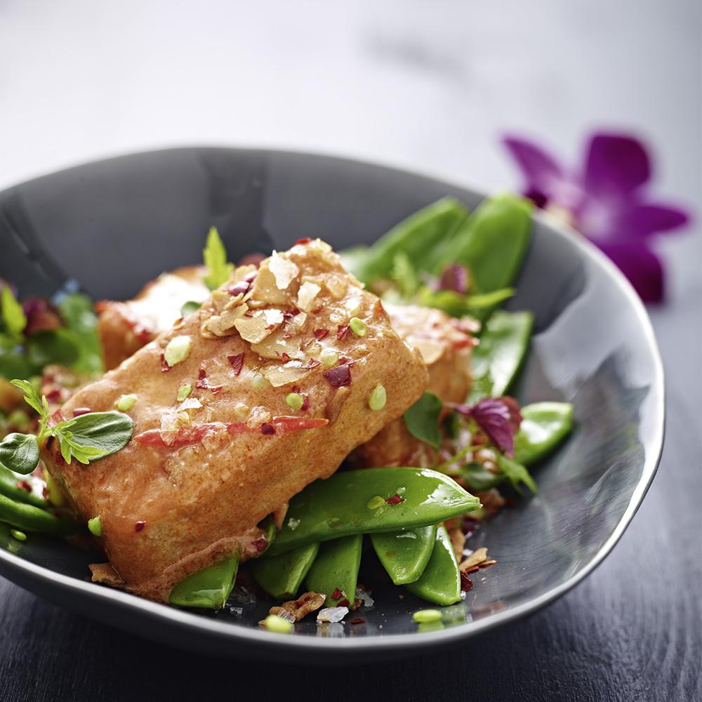 Gegrillter Tofu auf fruchtigem Zuckerschoten-Kokos-Salat