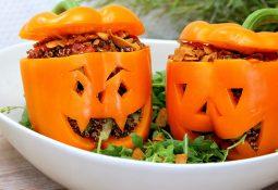 Vegane Gruselpaprikas mit Quinoa-Avocado-Füllung