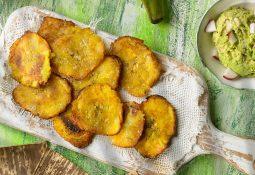 Kochbananen mit Avocado-Kokos-Dip