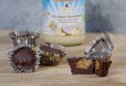 Vegane Schoko-Cups mit Kokos-Mandelmus